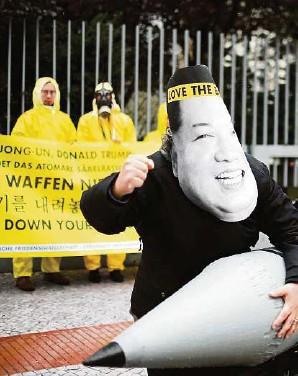??  ?? Aktivisten von Ican protestieren vor der amerikanischen Botschaft in