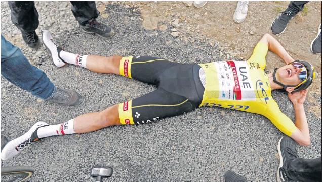 ??  ?? Tadej Pogacar se tira al suelo tras cruzar la meta de Saint Lary Soulan para tomarse un respiro después de vaciarse en la última subida al Portet.