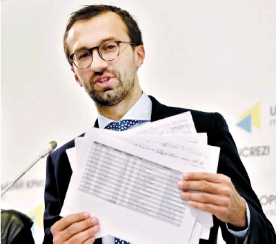 ??  ?? Ukrainian journalist and member of parliament Sergii Leshchenko holds pages showing alleged signatures for payments to Paul Manafort from illegal accounts of former Ukrainian President Viktor Yanukovych, who employed Manafort for nearly a decade. Leshchenko's display took place during a press conference in Kyiv on Aug. 19, 2016. (AFP)