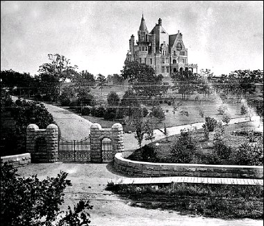 ??  ?? Craigdarroch as it looked in 1910. The mansion came to be as a result of a promise Robert Dunsmuir made to his fiancée Joan that if she would move to Vancouver Island with him, he would build her a castle for their home.