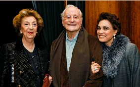 ??  ?? Paulo Autran e Regina Duarte na estreia da peça teatral Mademoiselle Chanel, no Teatro Faap