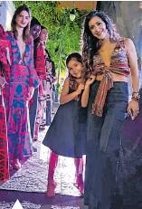 ??  ?? Fernanda junto a su hija Luciana en el desfile Designer Book.