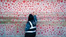 ??  ?? A mural in London honors more than 129,000 people who have died in the UK as a result of the pandemic