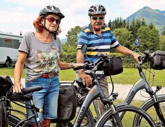 ??  ?? Eberhard Sudhaus ( 65) aus Hamm urlaubt zwar am Attersee ( OÖ), besichtigt aber auch den Mirabellgarten in Salzburg.