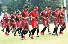 ?? DERY RIDWANSAH/JAWA POS ?? SIAP TEMPUR: Para pemain Persija berlatih di Lapangan A Senayan, Jakarta, untuk persiapan menjamu Home United malam ini.