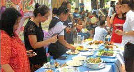 ??  ?? Members of the judging panel for the culinary competition among the cooks of nine towns and Tarlac City go about their task during the Foodfest's first day.