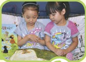 ??  ?? 进入幼儿园与小伙伴愉快的玩耍,跟同学一起看书。2 07: 50