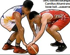 ?? —AUGUST DELA CRUZ ?? Go for Gold's Jimboy Pasturan (left) battles Batangas-EAC's Camillus Altamirano for the loose ball.