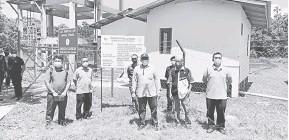 ??  ?? NGANGKATMANAH: (Ari tiga kiri) Superi enggau Hasbi sereta bala bukai lebuh ti ngabas palan meresi ai Kampung Limpaku Pinang, Limbang, bedau lama ti udah.