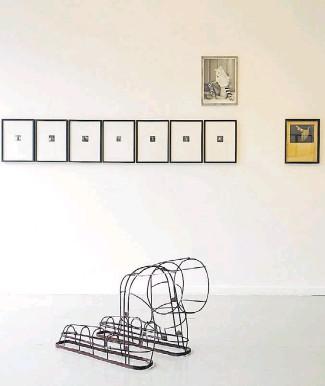"""??  ?? Arriba, algunas de las fotografías que Anatole Saderman tomó de Biyina Klappenbach en plena danza o performance entre los años 30 y 40 del siglo pasado y que hoy se exponen en la galería Nora Fisch. Las imágenes fueron descubiertas en buena parte por azar por Alfredo Srur, él mismo fotógrafo e investigador de la historia de la fotografía analógica. Abajo, uno de los objetos escultóricos de Osías Yanov, que el artista usó en su performance """"Dinámica de encaje"""", en 2012 y que hoy dialogan con la creación a dúo de Saderman y Klappenbach."""