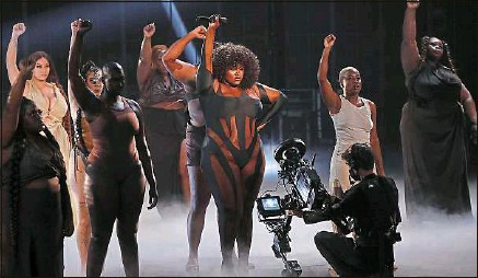 ??  ?? La chanteuse Yseult, lauréate de la catégorie révélation féminine, a marqué les esprits lors de sa prestation vendredi.