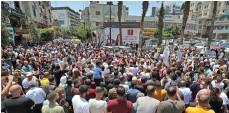 ?? צילום: אי.אף.פי ?? הפגנה ברמאללה, אתמול. בצילום הקטן: אבו מאזן