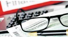 ?? FOTO: OLIVER BERG/DPA ?? Der Griff zu Stift und Papier ist bei der Steuererklärung nicht mehr nötig. Digitale Steuerberater für den Computer gibt es kostengünstig.