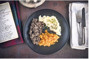 ??  ?? Haggis is traditionally served with 'neeps' and a potato mash.