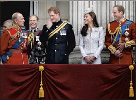?? Lefteris Pitarakis Associated Press ?? PRINCE Philip, left, draws smiles from Prince Harry, center; Catherine, Duchess of Cambridge; and Prince William on the balcony of Buckingham Palace in 2014.