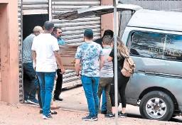 ?? FOTOS: MARVIN SALGADO ?? Momento en que los familiares retiran de la morgue del Ministerio Público el cadáver del abogado Gabriel Eduardo Chacón Larios.