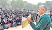 ?? BURHAAN KINU/HT ?? Deputy CM Manish Sisodia at a Civil Lines school.