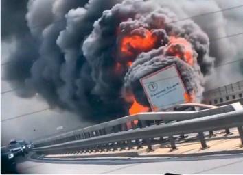?? 20MIN/NEWS-SCOUT ?? Der Auflieger des Sattelschleppers brannte aus.