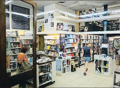 ?? XAVI JURIO ?? La librería La Rambla, abierta en 1968, ha sido punto de encuentro durante décadas del mundo cultural