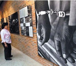 ?? AFP PHOTO ALEXANDER JOE ?? Sudáfrica. Museo del Apartheid. La segregación racial rigió hasta 1992.