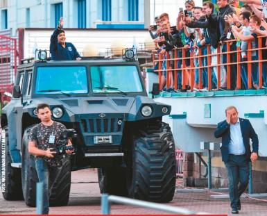 ??  ?? Cuando lo nombraron presidente honorario del Dinamo Brest, de Bielorrusia, recibió de regalo este Hunta Overcomer, un tanque de 2,3 toneladas y 2,6 metros de altura que puede navegar. Lo que le faltaba a su colección de autos, que incluyó marcas como Rolls-Royce, Ferrari, BMW, Porsche y un camión Scania.