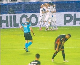 ?? Tèlam ?? Festeja Vélez el gol de Lucero; se lamenta Newell's.