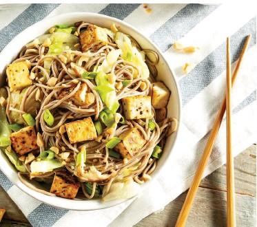 ??  ?? Gefahr im asiatischen Essen: Die ErdnussAllergie ist die häufigste Nahrungsmittelallergie bei Kindern. Nur selten verschwindet sie mit dem Alter. Auch Soja, aus dem Tofu besteht, enthält Allergene