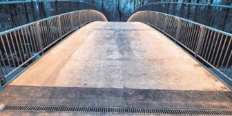 """?? FOTO: WOLFGANG WIEDEMANN, STADT NÖRDLINGEN ?? An der neuen Stahlbrücke über die """"Krankenhausstraße""""ist ein LED Band eingebaut."""