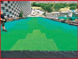 ??  ?? TUTTO PRONTO A PRIMAVERA Copenaghen. Una fase della posa della pista sul tetto dell'inceneritore. A primavera l'impianto sarà aperto al pubblico. Il manto è verde per una semplice ragione: «Il bianco regge meno allo sporco», spiega Bertocchi.