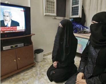 ??  ?? אסטרטג מיומן בגזרה הגלובלית. נשים פלשתיניות צופות בנאום נתניהו 2009־ב