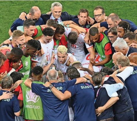 ?? Foto: Daniel Mihailescu (Keystone) ?? «Das war eindrücklich»: Gerardo Seoane über Granit Xhaka, wie er das Team vor dem Elfmeterschiessen einschwört.