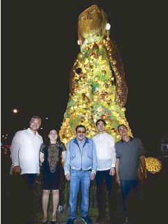 ?? WALTER BOLLOZOS/STAR ?? It took a village to make a Christmas tree – a village of artists, arts students, teachers and volunteers under the guidance of Gerry Leonardo. The Puno ng Diwa, lighted from within by OMNI Light, stands in holiday greeting at the CCP along Roxas...