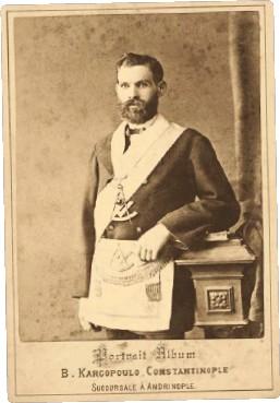 ?? ÖMER M. KOÇ KOLEKSİYONU ?? Vasilaki Kargopulo'nun objektifinden Cléanthi Scalieri üstat önlüğü ve üstad-ı muhterem regalyası ve bijusuyla, 1870.