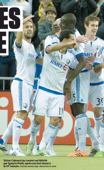 ?? PHOTO AGENCE QMI, SÉBASTIEN ST-JEAN ?? Victor Cabrera (au centre) est félicité par Ignacio Piatti, après son but réussi à la 14e minute.