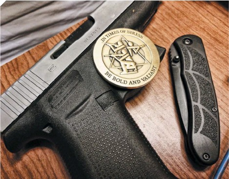 ??  ?? A Gunsite challenge coin kept by the author as a reminder of how to handle high-stress situations.