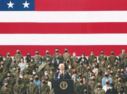 ?? BRENDAN SMIALOWSKI/AGENCE FRANCE-PRESSE/GETTY IMAGES ?? President Biden addresses U.S. Air Force personnel and their families stationed at Royal Air Force Mildenhall in Suffolk, England. He spoke ahead of a three-day summit of the Group of Seven nations, where Biden is expected to announce a global vaccine deal with Pfizer.