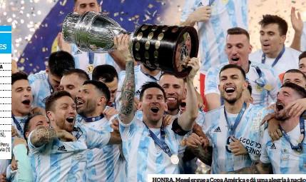 ??  ?? HONRA. Messi ergue a Copa América e dá uma alegria à nação