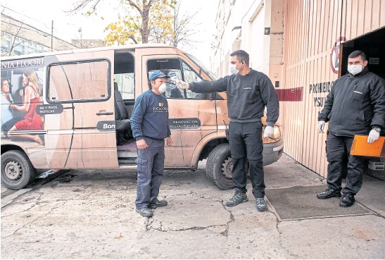 ?? Fotos de alejandro guyot ?? Medición de temperatura en Patagonia Flooring, donde la combi de la empresa se encarga del transporte