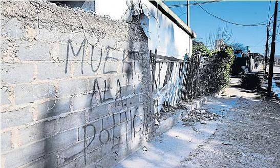 ?? JOSÉ HERNÁNDEZ ?? PAREDES QUE HABLAN. En la esquina de barrio San Roque, donde se produjo el tiroteo, las inscripciones en los muros revelan que allí la Policía no es bienvenida.