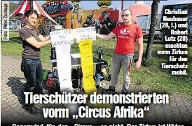 ??  ?? Christian Neubauer (28, l.) und Robert Lutz (28) machten vorm Zirkus für den Tierschutz mobil.