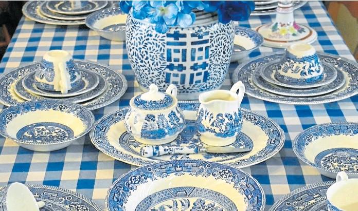 ?? archivo ?? ECOS DEL LEJANO ORIENTE Las piezas de porcelana Blue Willow, parte de la interpretación que Europa hizo de la cultura oriental, suelen incluir motivos ligados a la imaginería china y los relatos populares japoneses
