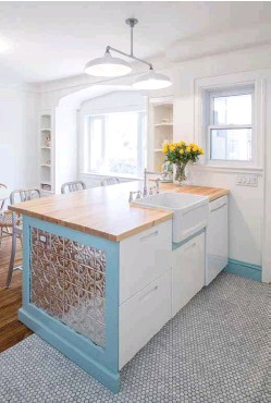 ??  ?? Left: Kitchen accents in soft baby blue add a pop of colour to this retro-cool kitchen, which features a deep farmhouse sink and pressed-tin panels