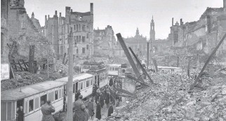 ?? KEYSTONE FEATURES/GETTY IMAGES FILES ?? Residents board trams on March 13, 1946, amid the ruins left after the Allied air raid on Dresden, Germany, more than a year earlier, on Feb. 13, 1945.