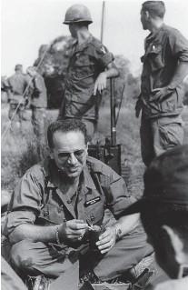 ??  ?? Embarqué. Bon camarade, le correspondant de guerre partageait sa ration avec les soldats américains dont il décrivait les combats au Vietnam.