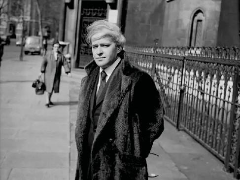 ??  ?? Stephen Vizinczey outside a court in London in 1971 (Getty)