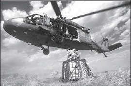 ?? Christian Murdock The Gazette ?? A SIKORSKY UH- 60 Black Hawk flies lower so Army personnel can attach a load of supplies during training at Ft. Carson in Colorado Springs, Colo.