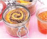 ??  ?? Die kleinen Rosenkuchen aus einer Hefeteigmischung werden mit Aprikosenkonfitüre bestrichen.