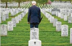 ?? Foto: Andrew Harnik, dpa ?? Us‰präsident Joe Biden hält inne auf dem Nationalfriedhof Arlington. Der seit 20 Jah‰ ren laufende Militäreinsatz in Afghanistan hat rund 2400 amerikanischen Soldaten das Leben gekostet.