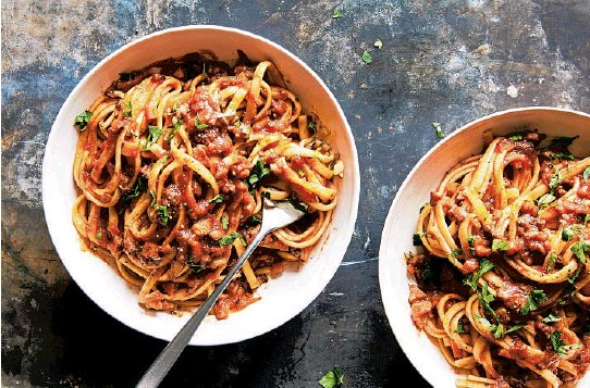 ?? LINDA XIAO/THE NEW YORK TIMES ?? This vegan take on hearty tomato sauce tastes as rich as the original and satisfies cravings for comfort food.