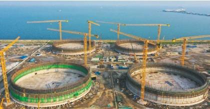 ??  ?? 国家统计局数据显示,前三季度新开工项目计划总投资同比增长14.6%。图为河北唐山曹妃甸LNG项目储罐建设施工现场 新华社图